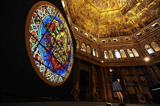 Un momento della preview di presentazione dei lavori di restauro della vetrata dell'occhio della facciata del Duomo di Firenze, raffigurante l'Assunzione della Vergine su disegno di Lorenzo Ghiberti, Firenze, 4 giugno 2015 ANSA/MAURIZIO DEGL INNOCENTI