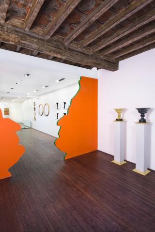Installazione, Federico da Montefeltro, 2017, vaso fisiognomico in legno, smalti, 298x192x7 cm cad.