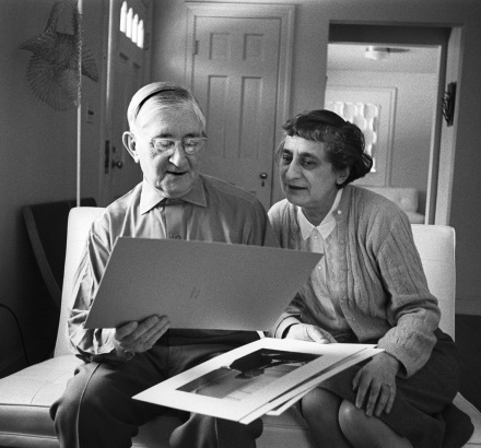 6) John T. Hill Untitled (Anni and Josef looking at photographs), stampa in gelatina d'argento 2018 The Josef and Anni Albers Foundation